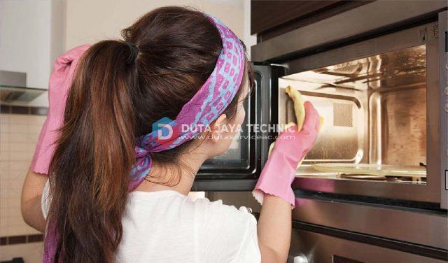 cara menghilangkan bau makanan di microwave