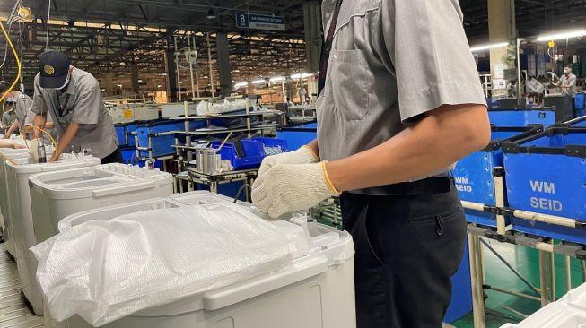 Produksi mesin cuci 2 tabung Sharp Indonesia